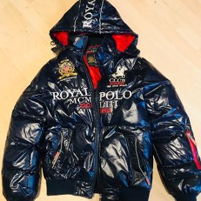 Geographical Norway Polo jacket sælges. Den er i god stand, dog blevet syet indeni uden betydning😊 Str M.  Kan sendes hvis det ønskes.