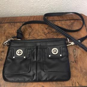 Skøn lille taske fra Marc By Marc Jacobs.   Fin stand fejler intet. Mellem gmb og nsn.