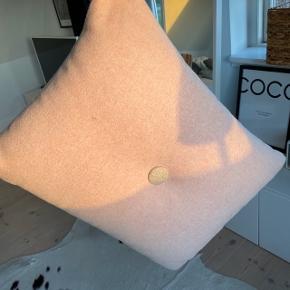 Hay pude i Rosa farve  Mål: 60x45 cm   Brugt som pyntepude og fremstår derfor som helt nye
