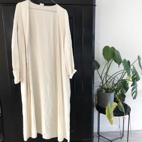 Gina Tricot lang blazer perfekt til foråret og sommer   størrelse: 36  pris: 70 kr  fragt: 37 kr