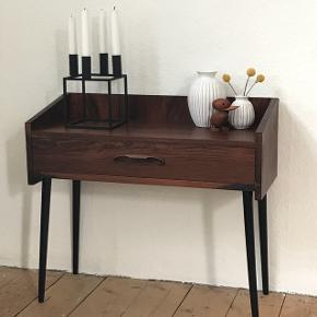 Smuk og enkelt entremøbel/sengebord/kommode i palisander😍 Små hak i begge bagerste hjørner og lille plet på toppladen (se billeder). 62x27cm H:53/58,5cm✅