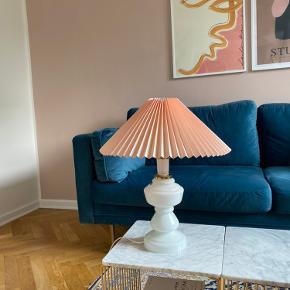 Lyserød og hvid retro vintage glas bordlampe i Le Klint opal lignende look med lyserød lampeskærm  Højde på lampe med lampeskærm; 47,5 cm   Lampeskærm 40 cm bred  Diameter på lampefod 14 cm