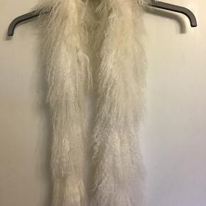 """""""Halstørklæde"""" i lammepels. 120 cm. langt. Aldrig brugt. Sælges for 100 kr. incl. porto. Bytter ikke"""