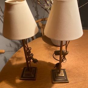 2 stk flotte Vintage Bordlamper i bruneret messing Højde 40 cm , Det ene skærm har et lille brændemærke på indvendig side, kan ikke ses udvendigt.  Ingen returnering. Afhentes på 8270 Højbjerg.  Reserver gerne når halvdelen af beløbet betales ved reservationen , svarer varen ikke til din forventning refunderes pengene.