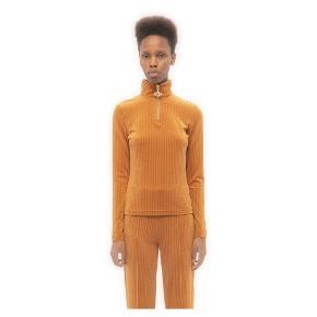 Fitted langærmet bluse, med krave, guld lynlås lukning med metal Han Kjøbenhavn logo. Dejlig blød. Orange / Rust farvet. nypris 1200