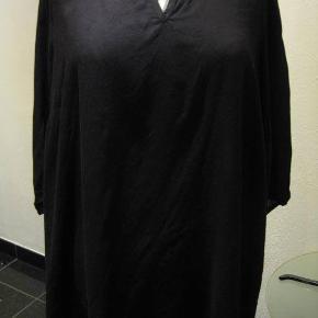 Yours tynd top str 46 Bm 2x66 cm Længde 81 cm - blonde øverst på ryggen - elastik kant nederst på ærmerne - viskose - runder lidt op i siderne - sort. 110kr plus porto (m8712)