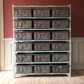 Reolsystem, i bemalet metal, med 18 tilhørende udtræksskuffer. Rustikt og patineret look i industrielt design. Nyproduceret 2015. H. 179 B. 140 D. 53.  BYD - kun seriøse bud  Den skal afhentes på 4. sal på Frederiksberg.