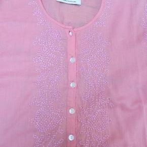 Varetype: tunika, bluse Farve: Lyserød Oprindelig købspris: 700 kr.  Rigtig sød tunika med fint broderi foran og øverst på ryggen. Stort set ikke brugt. Tynd, blød kvalitet.  Den er lyserød og farven er bedst gengivet på det billede, hvor den er mørkest.  100% bomuld.  Giv et bud!