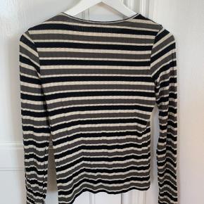 God basic langærmet trøje fra Zara.   Kan sendes (køber betaler fragt) eller mødes/afhentes i Odense! 🌸