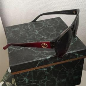 Varetype: Solbriller Størrelse: M Farve: Bordeaux Oprindelig købspris: 3600 kr.  Gucci briller . God stand. 2 år gamle   Ny pris: 3600 Mp: 600