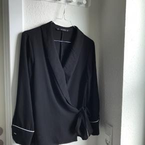 Wrap bluse fra Zara sælges, da den bare hænger i skabet. Den er brugt få gange, og fremstår derfor i fin stand. Det er en størrelse small  Kan sendes på købers regning🌸