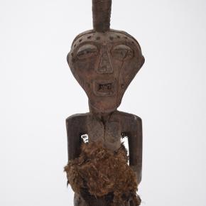 Afrikansk figur fra 1900 tallet. Højde ca. 60 cm. Fremstår med patina men er meget smuk. Brug den feks i indretningen hvor den jo er meget oppe i tiden.  DEN ER HELT UNIK.