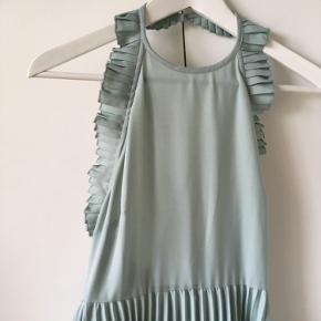 Flot kjole fra Asos med halterneck og åben ryg. Virkelig flatterende på