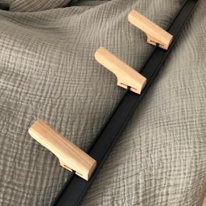 En fin knagerække fra Hay i sort/grå med knager i egetræ. Den er 60 lang og de fire egetræsknager kan nemt justeres ift. placering på rækken.  Pris fra ny: 799,-