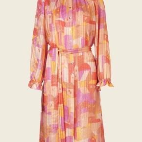 Den smukke, populære og udsolgte Stine Goya kjole - aldrig brug og med tag.   OBS: kjolen kommer uden underkjole.   Nypris 3000,- sælges til 2000,-   Bytter ikke  Ønsker køber at handle via TS betaler køber TS-gebyret