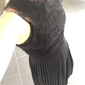 Fin sort kjole med plissé i skørtet og blonde for oven, der er underskørt i kjolen, kun brugt 2 gange.