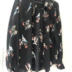 Skjorte fra H&M med fint print. Brugt en gang og fejler intet