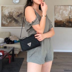 Denne flotte jumpsuit er KUN brugt en enkelt gang!!  Super sød og flot til sommer 🌸🌸 Str M men passer også S!  #30dayssellout