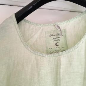 Sød bluse med lille lynlås i siden  Brystmål  62 x2 cm Længde  66 cm  100 % linen  Bluse Farve: Mintgrøn