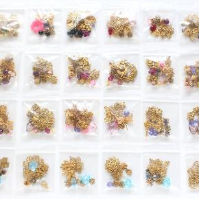 Poser med blandede halvædelsten, Murano glas, ferskvandsperler, Swarovski krystaller, sølvkugler, forgyldte mellemled og messing vedhæng samt kæde. Halvædelsten: rosakvarts, røgkvarts, lemonkvarts, amazonit, onyx, bjergkrystal... Perlerne er helt nye og måler mellem 2-10 mm.  2 poser koster i alt 50 kr. 10 poser koster i alt 200 kr.  Kan afhentes på Amager nær Amagerbro metro eller sendes med DAO (37 kr).