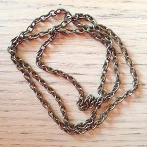 Kæde i flot, antikguld farve.  Med ovale led, der måler ca. 3 x 4 mm.  Kæden er ca. 50 cm lang og samlet med et rundt led.  Kan bruges til dine egne, håndlavede smykker og tilbehør fx, øreringe, halskæder, armbånd, nøgleringe, eller...?  Jeg har fået for mange til mig selv, så du får supergode mængderabatter, fx: 1 stk. koster 28 kr. 2 stk. 36 kr. 3 stk. 44 kr. = kun 15 kr. stykket + evt. porto.  Kan afhentes på Frederiksberg.
