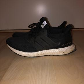 adidas Ultraboost 4.0 i sort. De er brugte, men er stadig i god condition. Str. 40