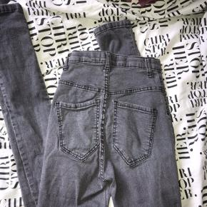 Bukser/Jeans fra sparkz.  Det er lang tid siden jeg har købt dem, men jeg har aldrig rigtigt brugt dem, bare prøvet dem på. Så de har egentlig bare ligget i klædeskabet.  De er str Xs, og i den højtaljede model.  Nypris var 400kr, men Byd, de sælges ikke så dyrt.