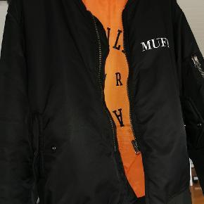 GIV GERNE ET BUD!  Sælger den meget populære MUF10 jakke! Den produceres ikke længere, og er derfor sindssyg svær at få fat i.   Reversible, så den kan både være sort og orange.   Mangler en knap i inderlommen, ellers ingen særlige tegn på brug.