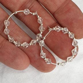 Hoops med perler. Hoopsene er nikkelfri sølvbelagt stål og er 2,5 cm i diameter. De blålige er solgt.  Se også mine andre annoncer med smykker 🦋