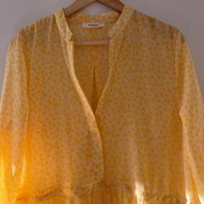 Snører i livet, går til ankel, skjorte lukning. Fra ikke ryger hjem, aldrig brugt ✨ medfølger gul inderkjole