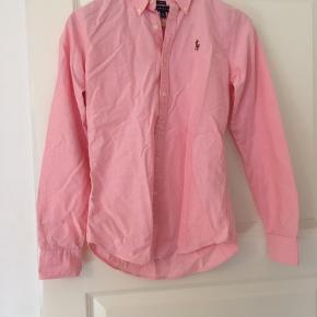 Sælger denne Ralph lauren skjorte. Str. S i lyserød. Den er købt i USA, så den er også slim fit. Den er aldrig brugt, så den er så god som ny. Byd gerne:)