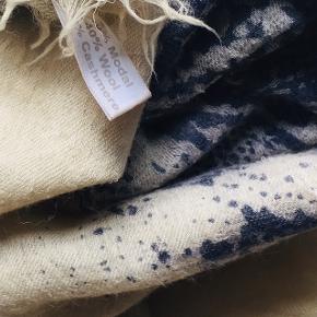 Blødeste, vamsede, lette halstørklæde i et råhvidt/blåt abstrakt mønster. 50% modal 40% uld 10% cashmere. Nypris 899kr. Kun vasket på uld/silke vask.