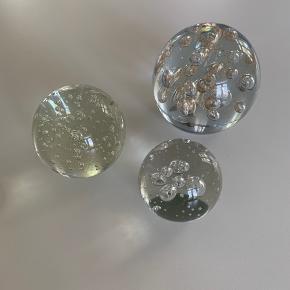 Fine pynte kugler. Tre forskellige str. Prisen for den mindste 25kr. Mellem 40kr og den store 100kr ( normalpris for den er 279kr)
