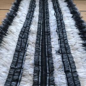 Tæppe fra maalu maalu, nypris 500,- sælges for 300,-  Mål 124 x 47 cm Afhentes 9520 Skørping eller sendes med dao (plus Porto)