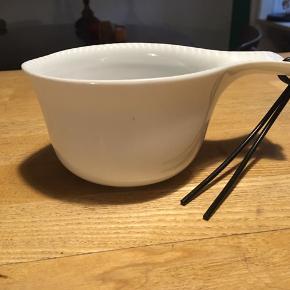 Kop i form som en kuksa, med greb og 'tud'. Fra Ikea Museum. Højde 7cm, diameter ca. 10cm. Aldrig brugt. 50kr Kan hentes Kbh V eller sendes for 40kr DAO