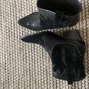 Seje cowboystøvler fra Sofie schnoor i ruskind og skind. Brugt få gange, BYD. kan hentes i Virum eller København.