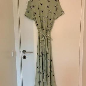 Kjolen er brugt få gange og fremstår som ny.