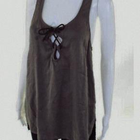 OBS! Ved afhentning inden den 18. Juli 2018, så kan den erhverves for kr 225,-  Designertop fra Isabel Marant. Den er lavet  I 100% silke m/stræk. Farven er sort/mørkeblå med et slidt look. Den er ubrugt, da jeg købte den i forkert størrelse. Den har bryderryg, og den har snører ved brystet. Den er lavet, så den er lidt længere bagpå end foran, og har slidser i siden. Nyprisen lå omkring 2000,- (købt i Illum i København). Det er størrelse 3, så passer størrelse 38 eller 40, og muligvis også 42.   Ved hurtigt køb, så kan den hentes for 300,-