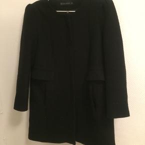 Rigtig fin jakke som intet fejler, ud over et hul i foret ved ærmet