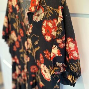 Sort blomstrede kjole med puf ærmer og knapper   #secondchancesummer   Se også mine andre annoncer Giver mængde rabat Køber betaler fragt Fri fragt ved køb af 650kr Tager altid imod bud🤗