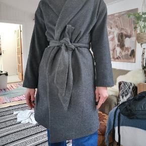 Smukkeste uld jakke / frakke / trenchcoat med bindebånd i flot grå farve. 50% uld. Perfekt forårs item!