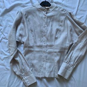 Lækker skjorte i lyocell fra HM.  Figursyet og med skulderpuder.   Strikken på sidste billede er også til salg.   #trendsalesfund