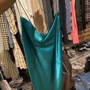 Sælger denne kjole fra Samsøe samsøe, det var meningen jeg skulle have den på til galle på min efterskole 18/19 men fandt en anden kjole. Så den er aldrig brugt. Den kan ikke længere købes i samsøe samsøe. Den passes af en Xs - S