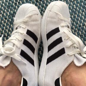Fede Adidas sneakers i tyndt stof. Perfekte sommer sko som du kan ånde i. Brugt få gange.