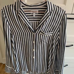 Sælger denne fede skjorte fra & other stories. Det er en 34 men fitter også en størrelse 36.  Byd
