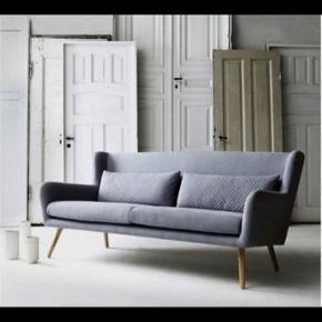 Sofa fra Ilva. Ny pris 6000kr. Sofaen fejler intet. Trænger blot til en klud på overfladen. Så den god igen. Sælges billigt, da den ligger på loftrummet, og synes det synd den skal samle støv.  Fast pris.