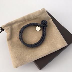 Bottega Veneta Intrecciato nappa armbånd. Størrelse M.  Æske, dustbag og original købskvittering medfølger i handlen.