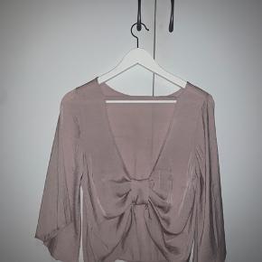 Sød rosa farvet bluse med åben ryg og sløjfe bagpå fra Gina Tricot💞