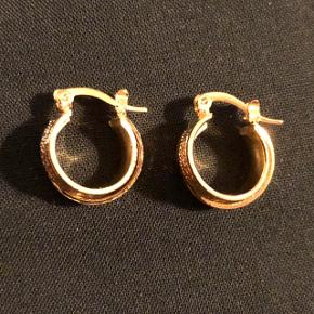 Forgyldte øreringe i kirurgisk stål. Nikkelfri og i god kvalitet
