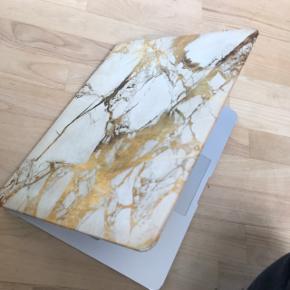 """Giv din Macbook et helt særligt præg med dette Top- cover til Macbook air 13 i """"marmor"""" der er lidt slid på siderne, men det er almindelige brugspor! som Man ikke ligger mærke til! Byd og spørg endelig efter flere billeder✌🏻"""
